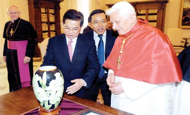 Chủ tịch nước Nguyễn Minh Triết tặng Giáo hoàng Bendict XVI bình hoa sứ Minh Long.