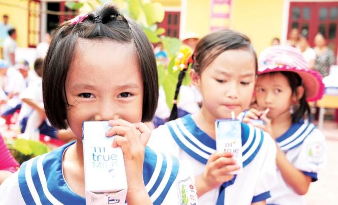 Học sinh trường Tiểu học Hòa Sơn (huyện Ðô Lương, Nghệ An) với niềm vui được uống sữa tại trường.