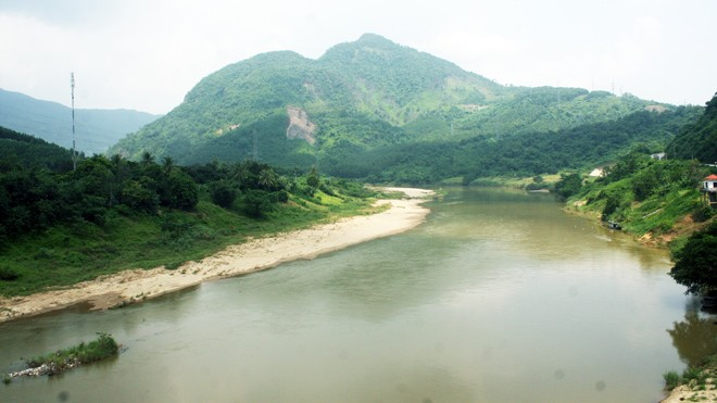 Thượng nguồn sông Vu Gia nơi gần vị trí dự kiến đặt nhà máy thép. Ảnh: Ng Thành.