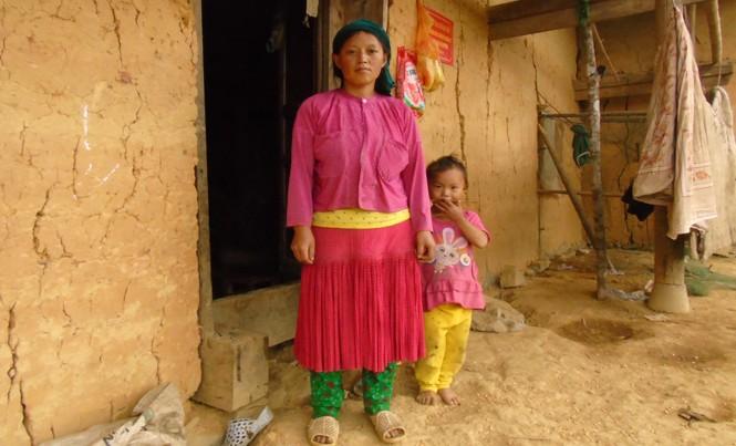 Chị Lầu Thị Cho cùng con bị anh trai lừa bán sang Trung Quốc.
