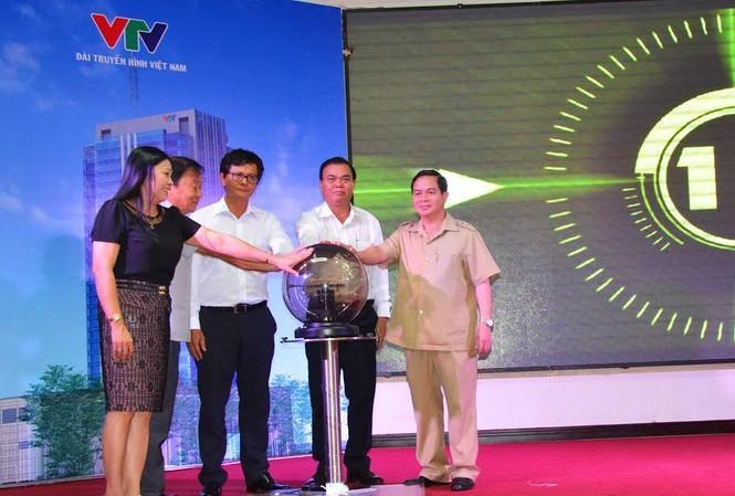 Các lãnh đạo dự lễ bấm nút phát sóng buổi đầu tiên cho VTV5 Tây Nguyên
