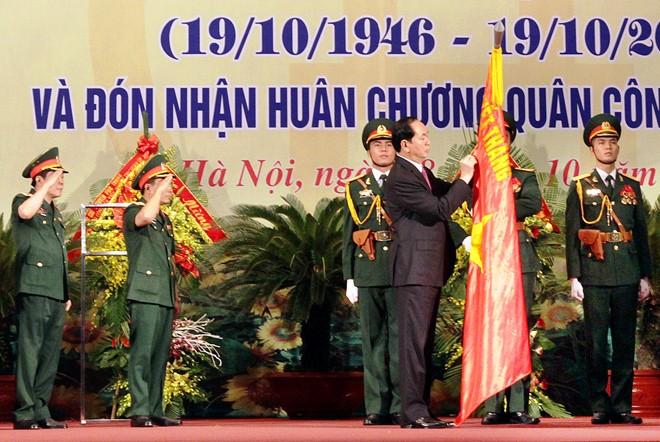 Chủ tịch nước Trần Đại Quang trao tặng Huân chương Quân công hạng Nhất cho LLVT Thủ đô Hà Nội, sáng 18/10.