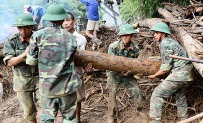 Cán bộ, chiến sĩ Sư đoàn 968 giúp nhân dân huyện Tuyên Hoá, Quảng Bình khắc phục hệ thống đường giao thông.