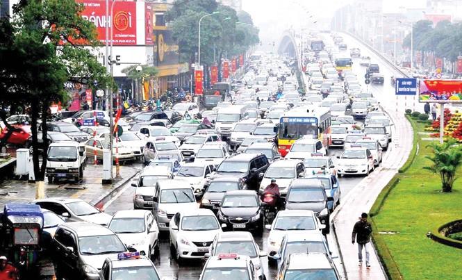 Hà Nội đang có hơn 600 nghìn ô tô trên tổng số 5,9 triệu phương tiện nhưng ô tô đang chiếm trên 42% diện tích mặt đường. Ảnh: Anh Trọng.