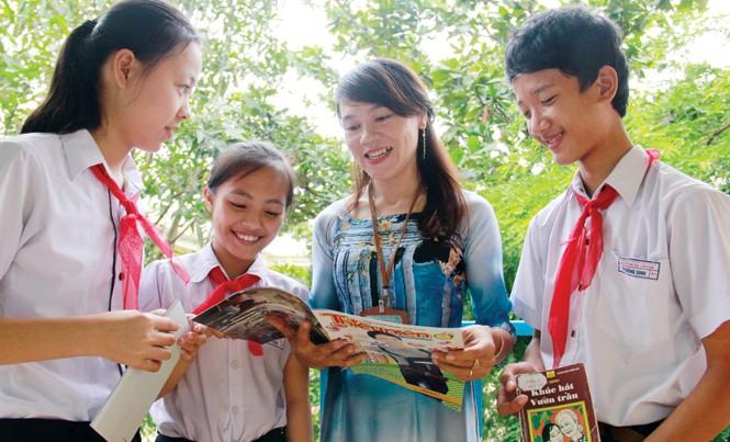 Cô Nguyễn Thị Trà Mân trao đổi về những lời hay ý đẹp trong sách báo, chuẩn bị cho phần chia sẻ trước cờ.  Ảnh: Thanh Trần.