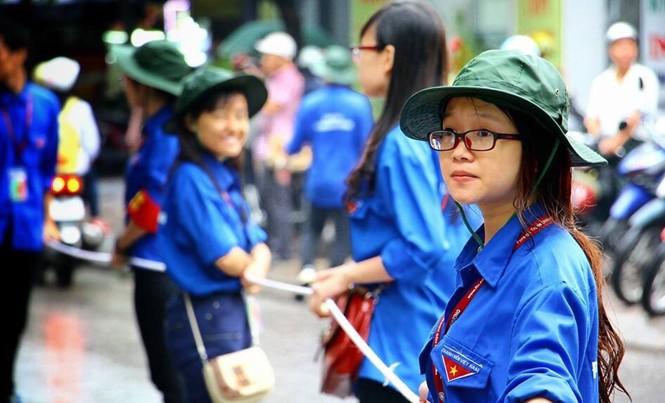 Đảng viên trẻ Nguyễn Hà Thu tham gia hoạt động Tiếp sức mùa thi.
