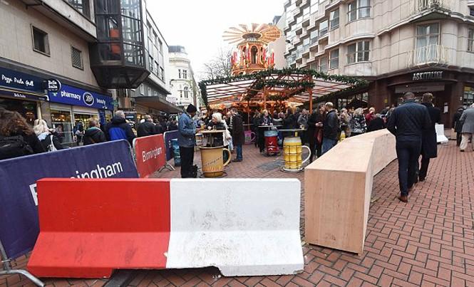 Hàng rào bê tông được thiết lập ở chợ Giáng sinh tại Birmingham, Anh. Ảnh: BPM Media.