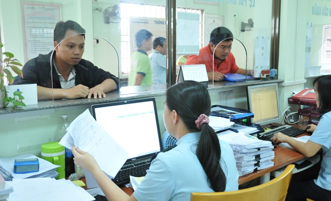 Doanh nghiệp làm thủ tục xuất nhập khẩu tại Chi cục Hải quan Khu Công nghiệp Sóng Thần. Ảnh: Tuấn Nguyễn.