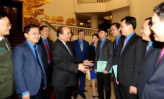 Thủ tướng Nguyễn Xuân Phúc trò chuyện với lãnh đạo T.Ư Đoàn. Ảnh: Như Ý.