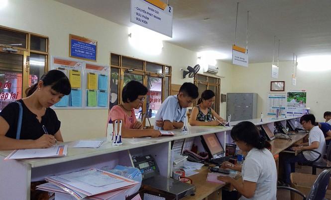 Từ 16/12/2016, người dân, doanh nghiệp có thể sử dụng dịch vụ tiếp nhận hồ sơ và trả kết quả giải quyết thủ tục hành chính qua dịch vụ bưu chính công ích. Trong ảnh Bưu điện Việt Nam nhận chuyển phát hồ sơ và lệ phí xét tuyển, hồ sơ đăng ký nguyện vọng họ