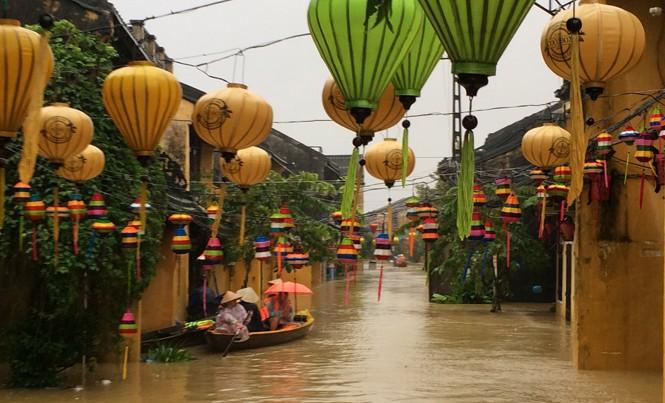 Đường Nguyễn Thái Học ở TP Hội An bị ngập sâu.