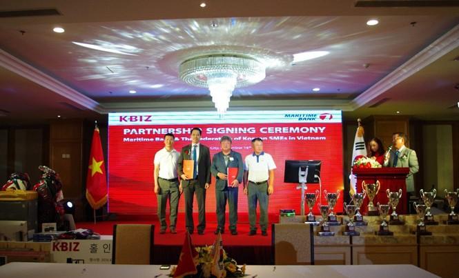 Ông Huỳnh Bửu Quang - Tổng Giám đốc Maritime Bank và ông Lee Chung Keun (thứ 2 từ phải sang) - Chủ tịch Hiệp hội DNVVN Hàn Quốc tại Việt Nam.
