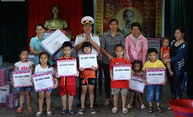 Đại tá Bùi Đình Dương trao quà của Bộ Quốc phòng tặng các hộ dân xã đảo Song Tử Tây.