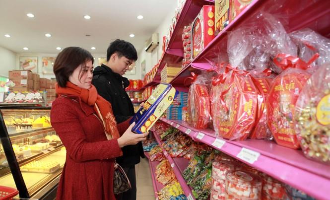 Phục vụ lễ Noel, năm mới 2017 và Tết Nguyên đán Đinh Dậu 2017, Cty TNHH Hải Hà Kotobuki (Hà Nội) có kế hoạch cung ứng 450 tấn bánh, mứt, kẹo. Ảnh:  TTXVN.