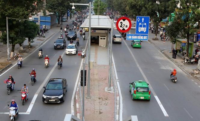Dựng biển báo nhưng chưa thực hiện khiến vi phạm Luật giao thông trên các tuyến phố có buýt BRT diễn ra phổ biến. Ảnh chụp tại phố Láng Hạ sáng 26/12. Ảnh: Như Ý.