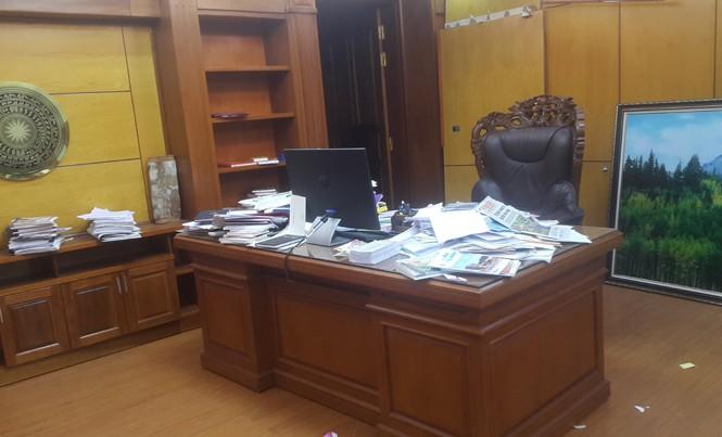 Phòng làm việc - hiện trường vụ án của cựu Bí thư Tỉnh ủy Phạm Duy Cường vẫn còn nhiều giấy tờ, văn bản. Ảnh: Tùng Duy.
