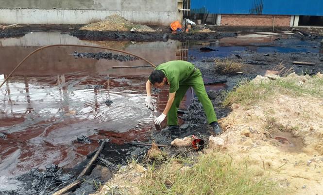 Công an lấy mẫu nước thải từ Cty Pak.