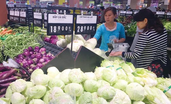Người dân lựa chọn rau sạch tại một siêu thị ở Hà Nội. Ảnh: Hồng Vĩnh.