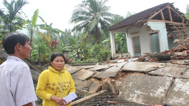 Anh Trương Văn Thành và căn nhà đổ nát sau lũ.