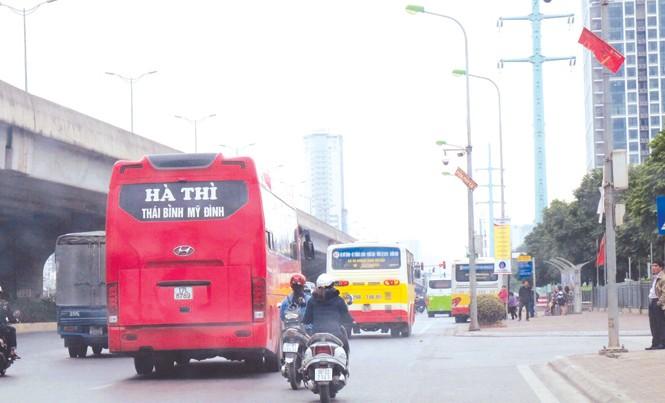 Xe khách Hà Nội - Thái Bình đi xuyên tâm đón khách gần bến xe Mỹ Đình.