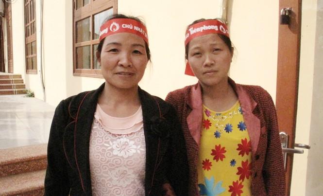 Nông dân Nguyễn Thị Hải Yến và cô giáo Trần Thị Bích Đào (bên trái) tham gia hiến máu trong Chủ nhật Đỏ tại Hà Nam. Ảnh: Nghiêm Huê.