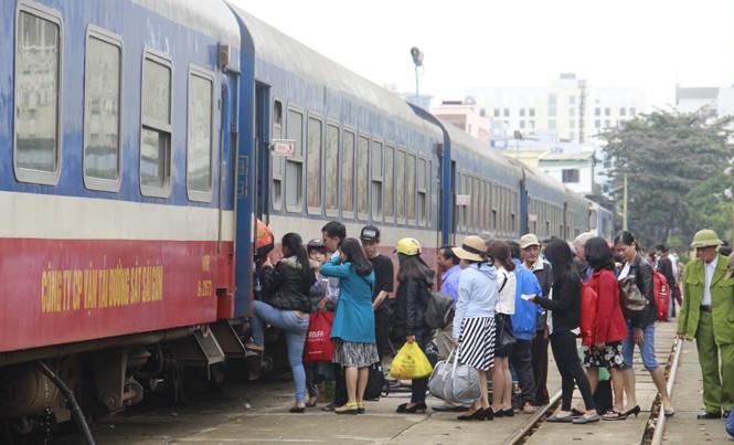 Hành khách đi tàu tại ga Đà Nẵng.