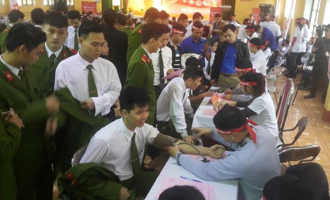 Giới trẻ Yên Bái hăng hái tham gia Chủ nhật Đỏ 2017. Ảnh: Tùng Duy.