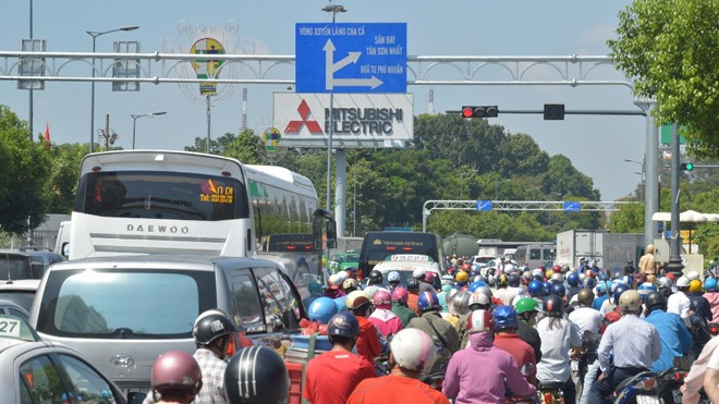 Kẹt xe kinh hoàng tại cửa ngõ Tân Sơn Nhất.