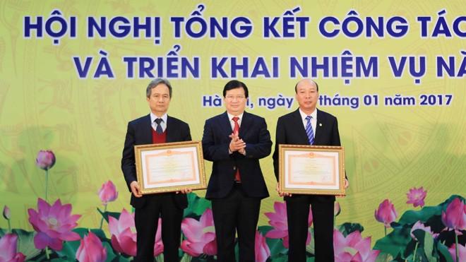 Phó Thủ tướng Trịnh Đình Dũng trao tặng Bằng khen của Thủ tướng cho Tập đoàn Than - Khoáng sản Việt Nam và cá nhân ông Lê Minh Chuẩn (bên phải), Chủ tịch Hội đồng thành viên TKV. Ảnh: Trọng Đạt - TTXVN.