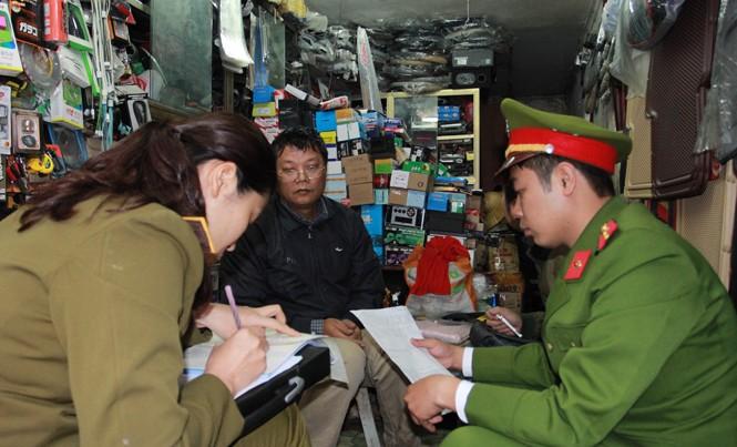 Công an quận Hai Bà Trưng kiểm tra tại khu vực phố Đồng Nhân. Ảnh: Minh Đức.
