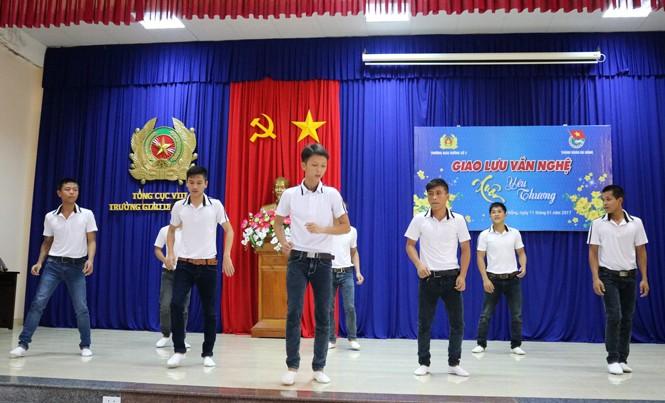 Các học viên chủ động tập luyện tiết mục tham gia văn nghệ. Ảnh: Mỹ Tiên.