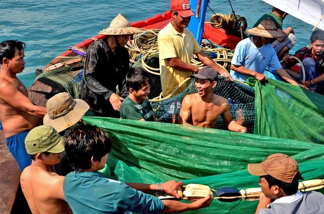 Ngư dân trên tàu cá ở cửa biển Sa Huỳnh hò dô kéo lưới. Ảnh: L.V.C.