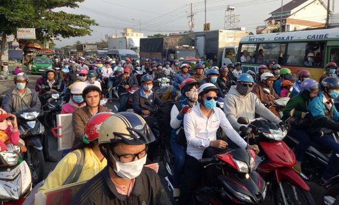 Dòng người từ miền Tây đổ về TP Hồ Chí Minh bị ùn ứ ở ngã tư Đồng Tâm thuộc địa bàn tỉnh Tiền Giang. Ảnh: Hòa Hội.