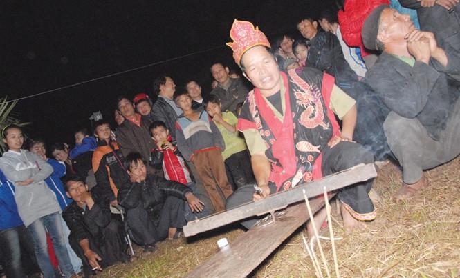 Thầy cúng góp phần bài trừ hủ tục của người Mông.