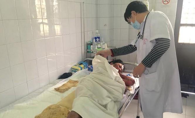 Bác sĩ khám cho bệnh nhân dị ứng thuốc đông y dịp Tết.