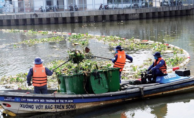 Kênh Nhiêu Lộc - Thị Nghè vừa tốn hàng trăm triệu USD để hồi sinh phải tiếp nhận gần 5 tấn rác/ngày.