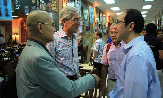 Các đại biểu thảo luận tại buổi gặp gỡ đầu xuân.