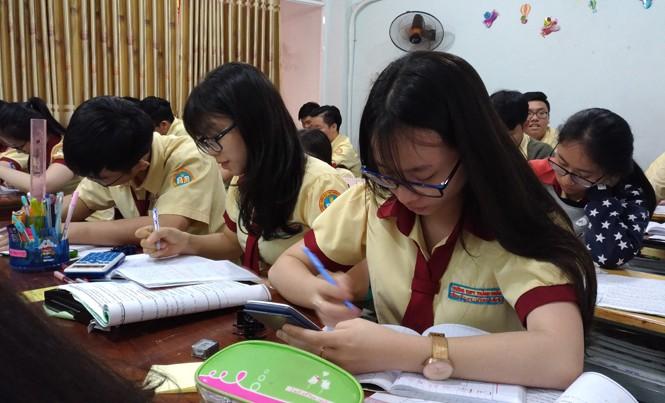 Học sinh THPT Thành Nhân, quận Tân Phú đang gấp rút ôn tập, chuẩn bị cho kỳ thi THPT Quốc gia sắp tới. Ảnh: Nguyễn Dũng.