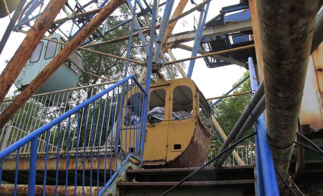 Vòng quay Công viên Tuổi trẻ gỉ sét, bỏ hoang lâu năm.