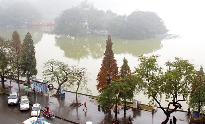 Cơ quan chức năng Hà Nội đang xây dựng kế hoạch nạo vét toàn bộ lớp bùn dưới đáy và xử lý nước hồ Gươm. Ảnh: Nhật Minh.