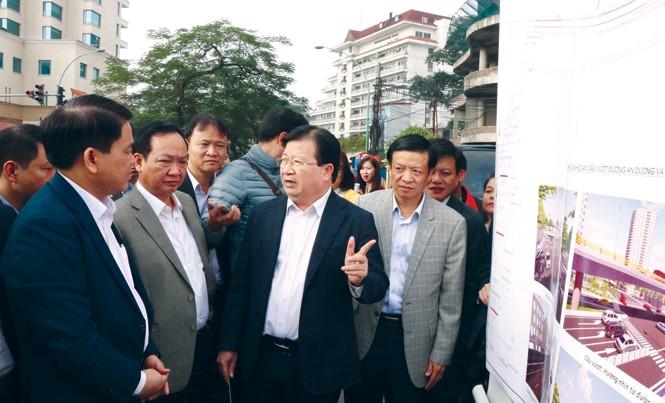 Phó Thủ tướng Trịnh Đình Dũng tại buổi kiểm tra các dự án hạ tầng giao thông của Hà Nội.