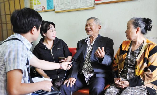 Những bệnh nhân thiếu thuốc kể khổ với nhóm phóng viên.