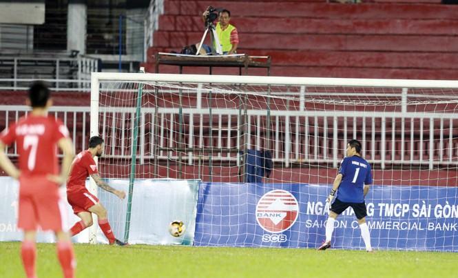Thủ môn Minh Nhựt quay lưng không bắt bóng khi Victor thực hiện cú sút phạt từ chấm 11m. Các cầu thủ Long An phản ứng quyết định của trọng tài bằng cách bỏ sân mặc cho đối phương ghi bàn. Ảnh: VSI.