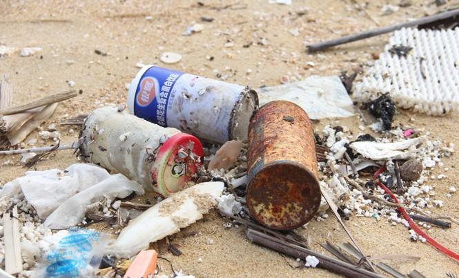 Dầu vón cục và rác thải bất thường tấp vào bãi biển ở Núi Thành, Quảng Nam.