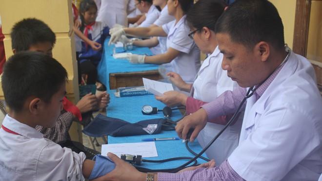 Các bác sỹ khám lâm sàng, tư vấn sức khỏe cho học sinh trường Tiểu học và THCS Hạnh Dịch.