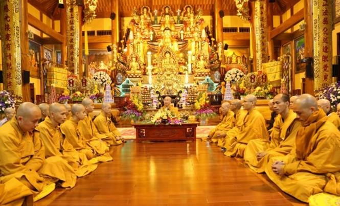 Một buổi giảng pháp tại đại điện chùa Ba Vàng.