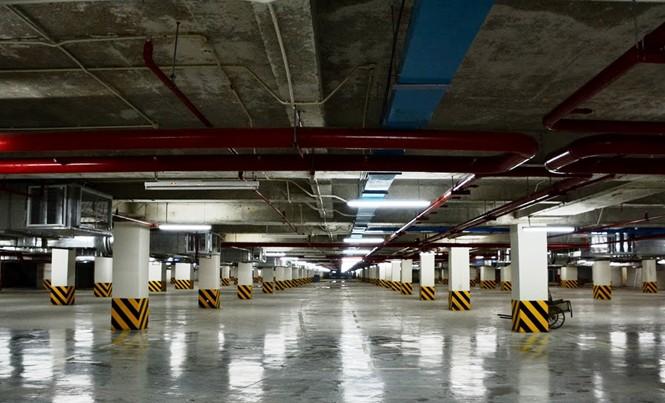 Tầng hầm chứa ô tô của một khách sạn trên đường Nguyễn Huệ trống rỗng. Ảnh: H.T.