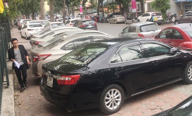 Thành phố Hà Nội quy định, quận không được cấp phép trông ô tô trên vỉa hè nhưng vỉa hè phố Quang Trung (quận Hoàn Kiếm) thì ngược lại.