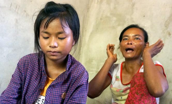 Chị Cao Thị Thân Ngọc kể lại việc thảng thốt, ù cả tai khi nghe tin có người đưa Bé Dân (ngồi trước) vào TPHCM.