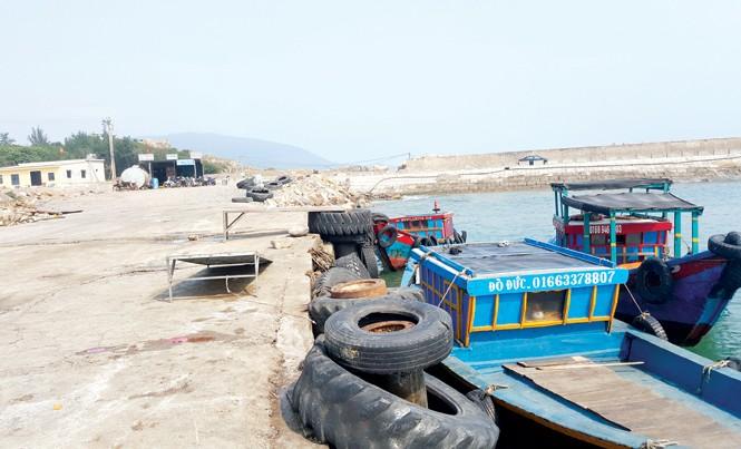 Một cảng cá lậu quy mô, tiếp nhận 500 tàu cá mỗi ngày nhưng chính quyền đã không quyết liệt ngăn chặn. Ảnh: PV.